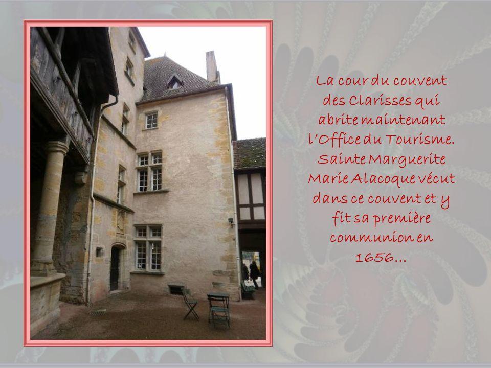 Un nom curieux pour cette place sur laquelle souvre lancien couvent des Clarisses offrant une belle façade ornée de fenêtres à meneaux.