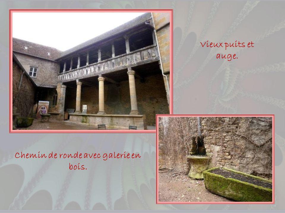 La cour du couvent des Clarisses qui abrite maintenant lOffice du Tourisme. Sainte Marguerite Marie Alacoque vécut dans ce couvent et y fit sa premièr