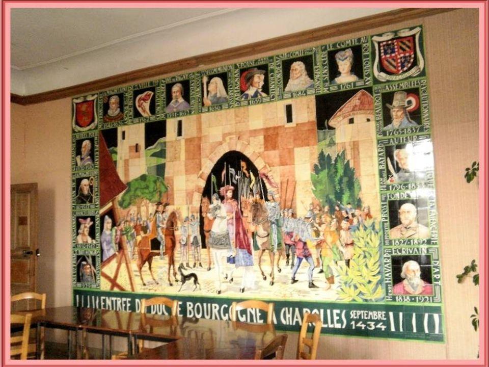 Dans le salon de la mairie se trouve une grande murale de céramique illustrant lhistoire de la ville avec lentrée du duc de Bourgogne en 1434 et les p