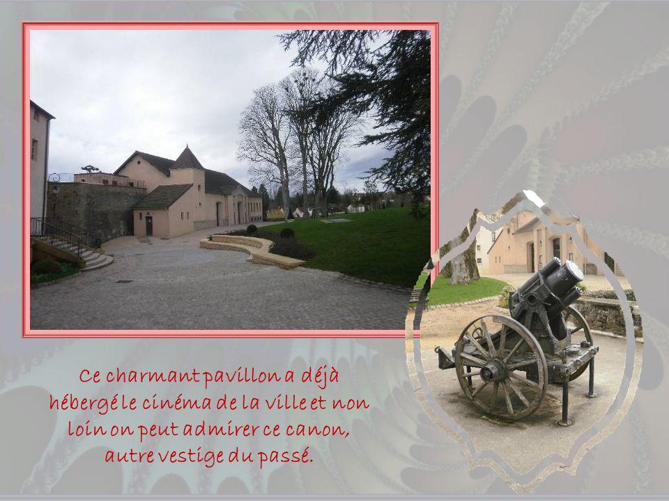 Face à lhôtel de ville, érigée au XVe siècle, la tour de Charles le Téméraire aux murs épais de 2,10 m creusés de petites loges où se tenaient les gue