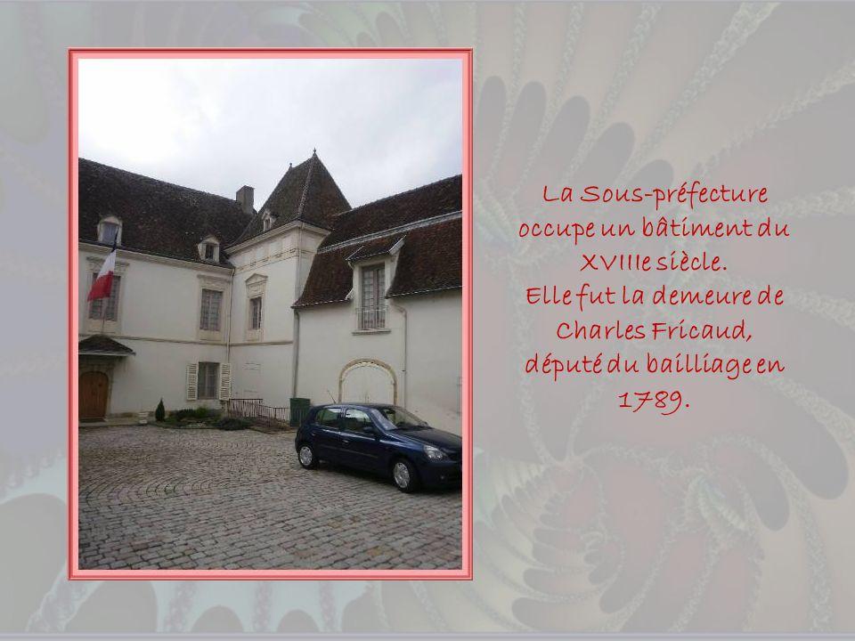 Au loin lhôpital, lancien Prieuré bénédictin de La Madeleine et la tour qui fut un four destiné à la cuisson de la faïence.