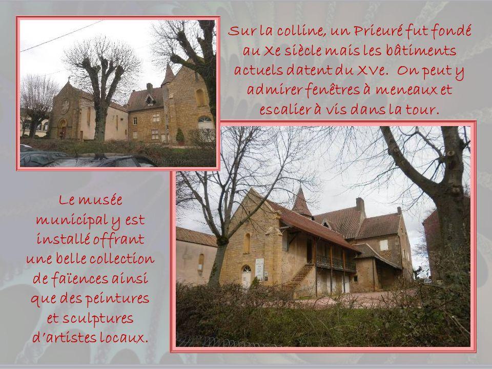 La Sous-préfecture occupe un bâtiment du XVIIIe siècle. Elle fut la demeure de Charles Fricaud, député du bailliage en 1789.