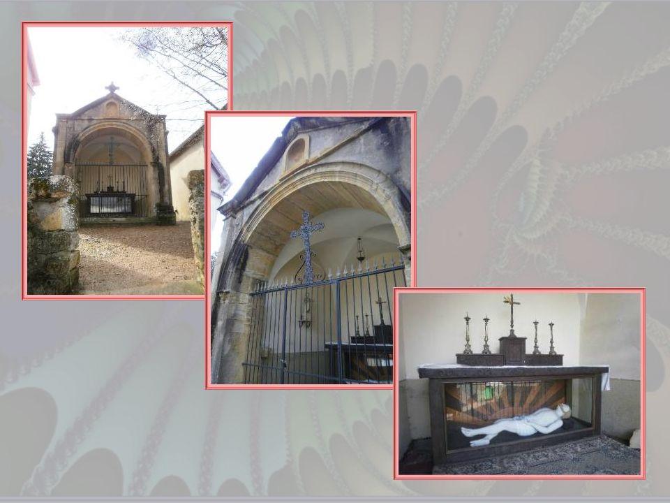 Une curiosité charolaise : la petite chapelle du Gros Bon Dieu érigée au XVIIIe siècle. On y accède par 38 marches et lon découvre un Christ gisant de