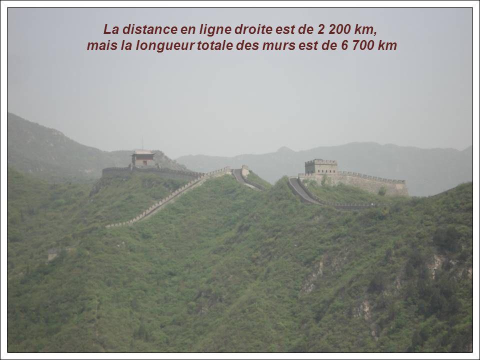 La grande muraille : le point le plus proche de Pékin en est à 80 km Les premiers éléments de ces remparts furent construits il y a plus de 2000 ans.