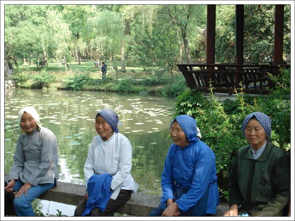 Suzhou est réputée depuis des siècle pour la beauté de ses jardins. Marco Paulo décrivit la ville comme magnifique. La soie y reste un pilier de lécon