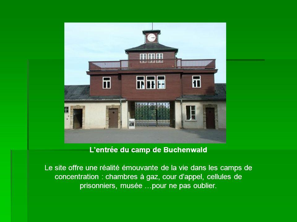 Lentrée du camp de Buchenwald Le site offre une réalité émouvante de la vie dans les camps de concentration : chambres à gaz, cour dappel, cellules de prisonniers, musée …pour ne pas oublier.