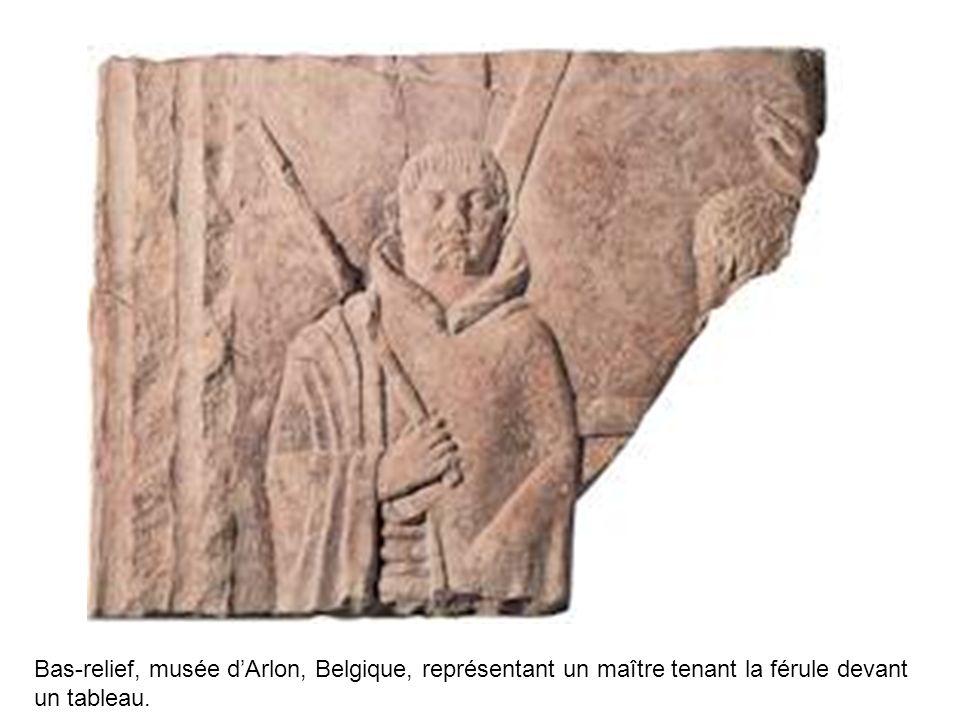 Bas-relief, musée dArlon, Belgique, représentant un maître tenant la férule devant un tableau.