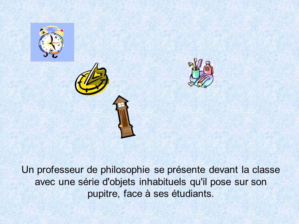 Un professeur de philosophie se présente devant la classe avec une série d'objets inhabituels qu'il pose sur son pupitre, face à ses étudiants.