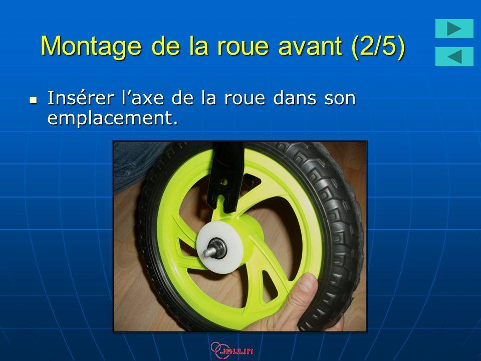 Montage de la roue avant (2/5) Insérer laxe de la roue dans son emplacement. Insérer laxe de la roue dans son emplacement.