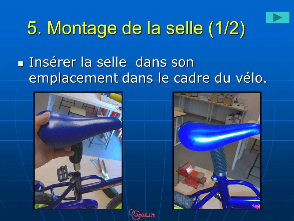 5. Montage de la selle (1/2) Insérer la selle dans son emplacement dans le cadre du vélo. Insérer la selle dans son emplacement dans le cadre du vélo.