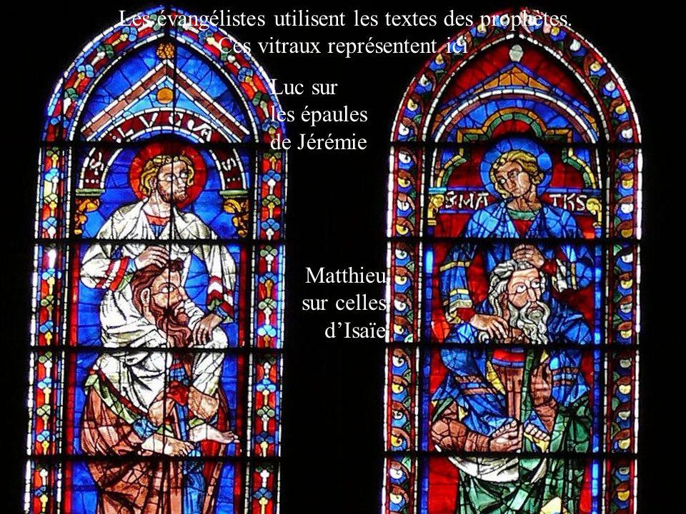 Les évangélistes utilisent les textes des prophètes. Ces vitraux représentent ici Luc sur les épaules de Jérémie Matthieu sur celles dIsaïe