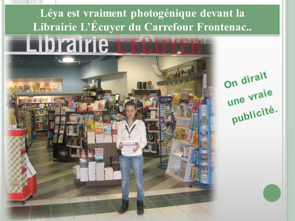 Léya est vraiment photogénique devant la Librairie LÉcuyer du Carrefour Frontenac.. Léya est vraiment photogénique devant la Librairie LÉcuyer du Carr