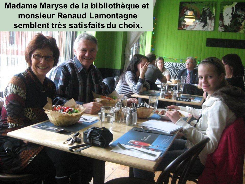 Madame Maryse de la bibliothèque et monsieur Renaud Lamontagne semblent très satisfaits du choix.