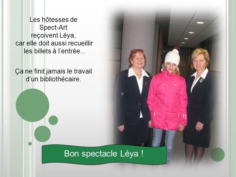 Les hôtesses de Spect-Art reçoivent Léya, car elle doit aussi recueillir les billets à lentrée … Ça ne finit jamais le travail dun bibliothécaire. Bon