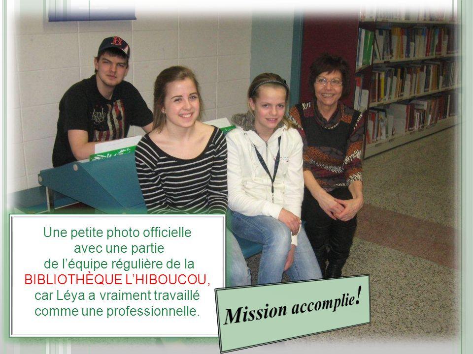 Une petite photo officielle avec une partie de léquipe régulière de la BIBLIOTHÈQUE LHIBOUCOU, car Léya a vraiment travaillé comme une professionnelle