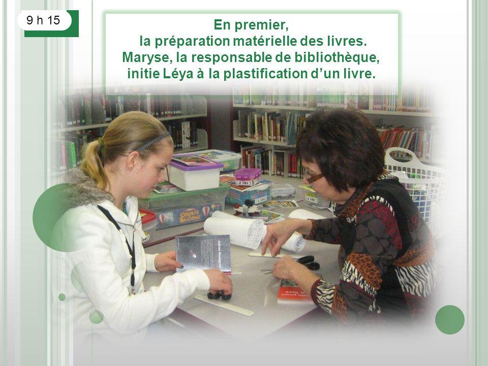 En premier, la préparation matérielle des livres. Maryse, la responsable de bibliothèque, initie Léya à la plastification dun livre. 9 h 15