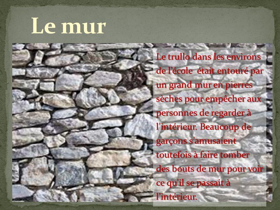 Le trullo dans les environs de lécole était entouré par un grand mur en pierres sèches pour empêcher aux personnes de regarder à lintérieur. Beaucoup