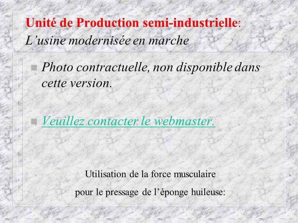 Unité de Production semi-industrielle: Lusine modernisée en marche Utilisation de la force musculaire pour le pressage de léponge huileuse: n Photo co
