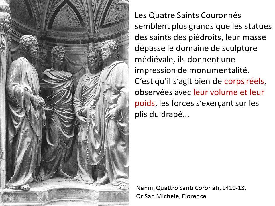 Les Quatre Saints Couronnés semblent plus grands que les statues des saints des piédroits, leur masse dépasse le domaine de sculpture médiévale, ils donnent une impression de monumentalité.