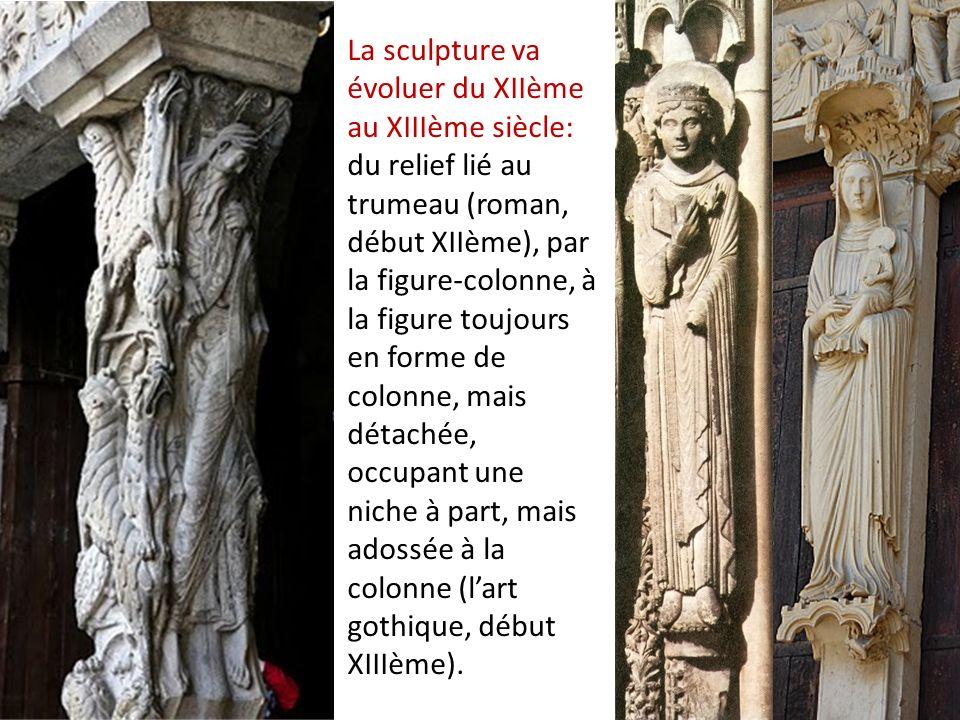 La sculpture va évoluer du XIIème au XIIIème siècle: du relief lié au trumeau (roman, début XIIème), par la figure-colonne, à la figure toujours en forme de colonne, mais détachée, occupant une niche à part, mais adossée à la colonne (lart gothique, début XIIIème).