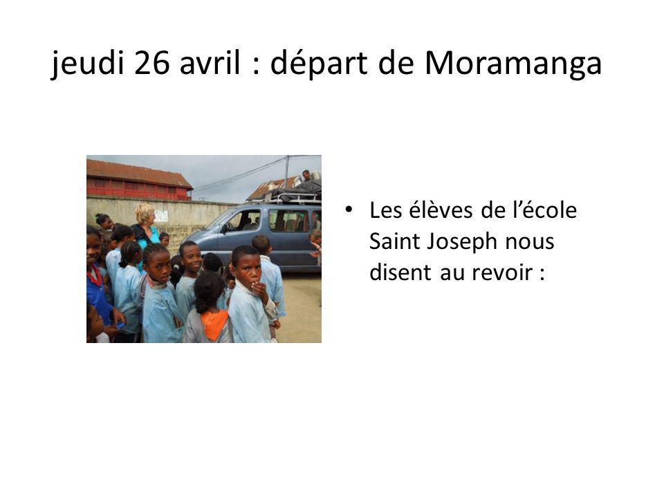 jeudi 26 avril : départ de Moramanga Les élèves de lécole Saint Joseph nous disent au revoir :