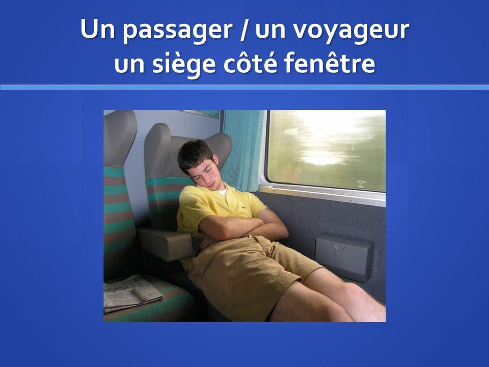 Un passager / un voyageur un siège côté fenêtre