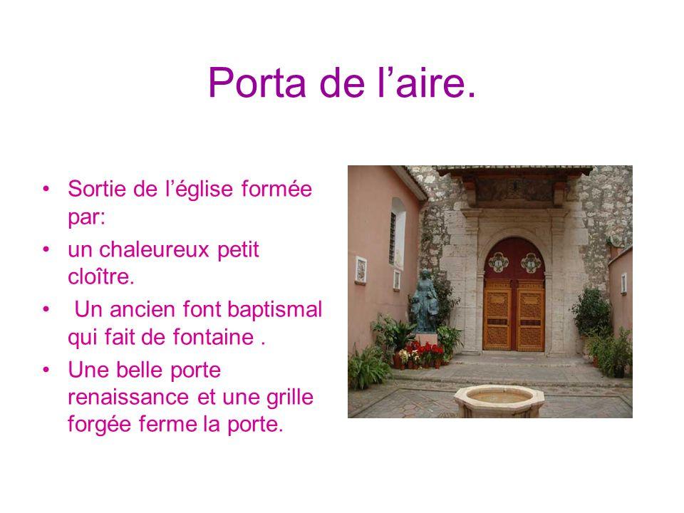 Porta de laire. Sortie de léglise formée par: un chaleureux petit cloître. Un ancien font baptismal qui fait de fontaine. Une belle porte renaissance