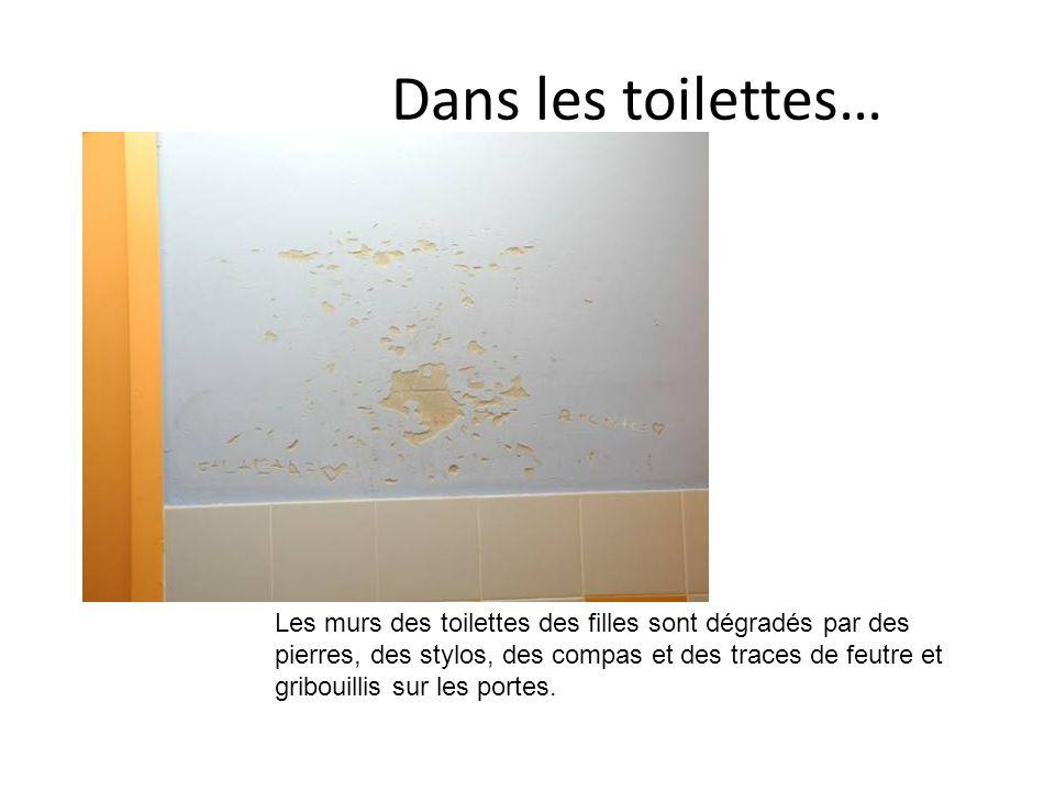 Dans les toilettes… Les murs des toilettes des filles sont dégradés par des pierres, des stylos, des compas et des traces de feutre et gribouillis sur les portes.