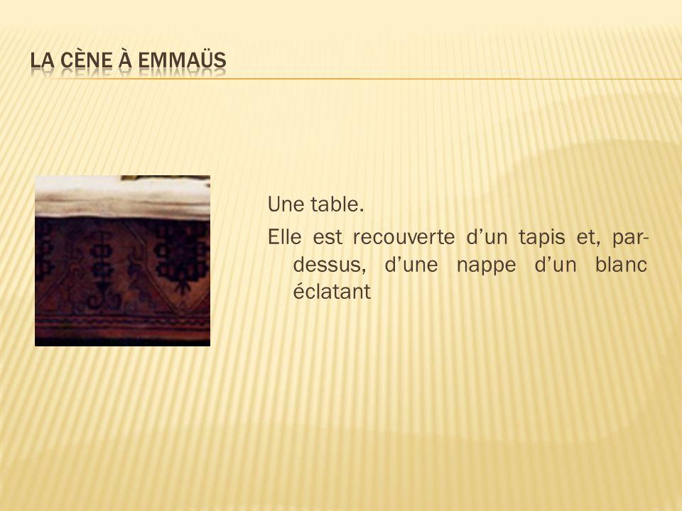 Une table. Elle est recouverte dun tapis et, par- dessus, dune nappe dun blanc éclatant