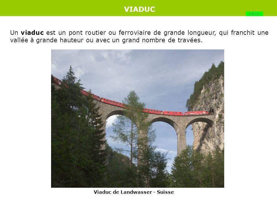 Pont dont la structure porteuse de la voie est soutenue par des suspentes, celles-ci étant accrochées à des câbles qui s'appuient en partie supérieure