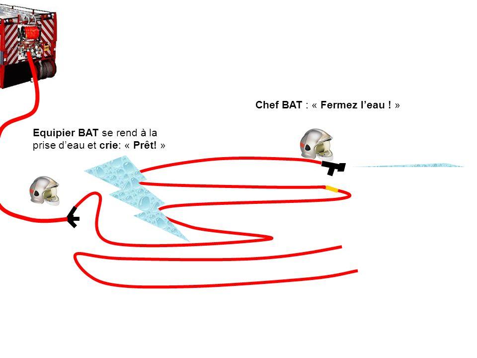 Equipier BAT déroule le tuyau à côté du tuyau percé