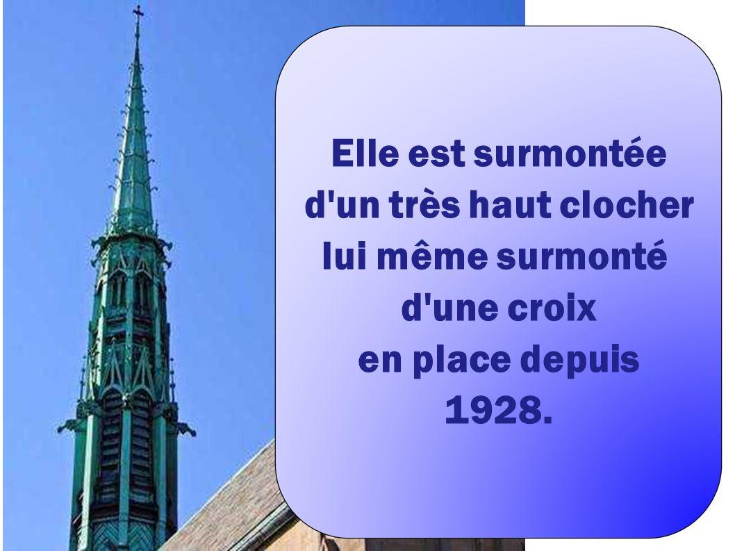 Elle est surmontée d un très haut clocher lui même surmonté d une croix en place depuis 1928.