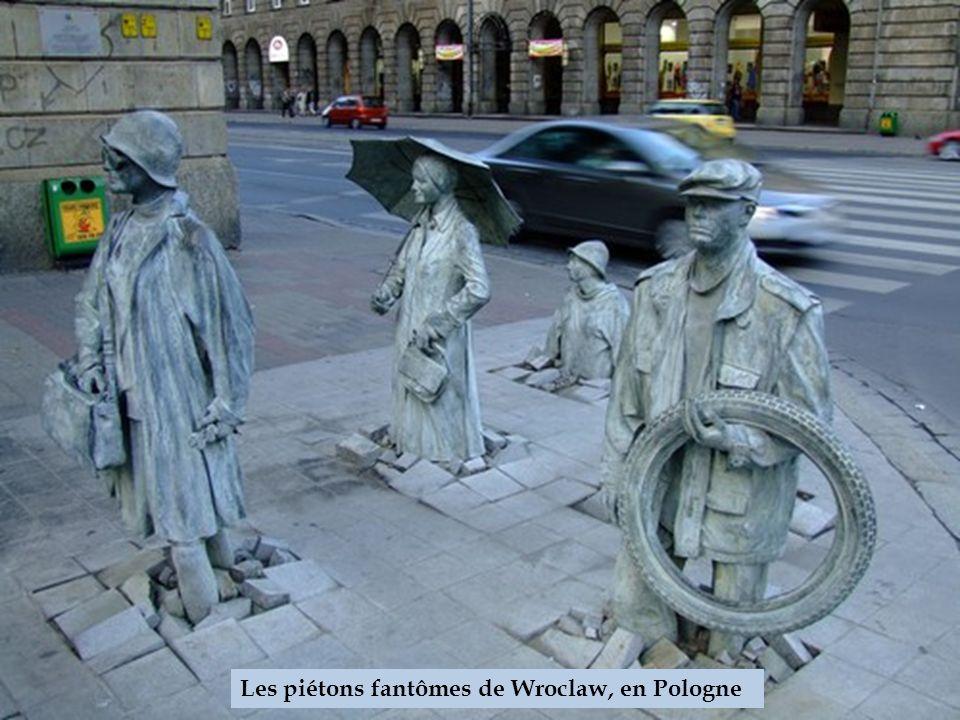 Une statue renversée à Melbourne, en Australie
