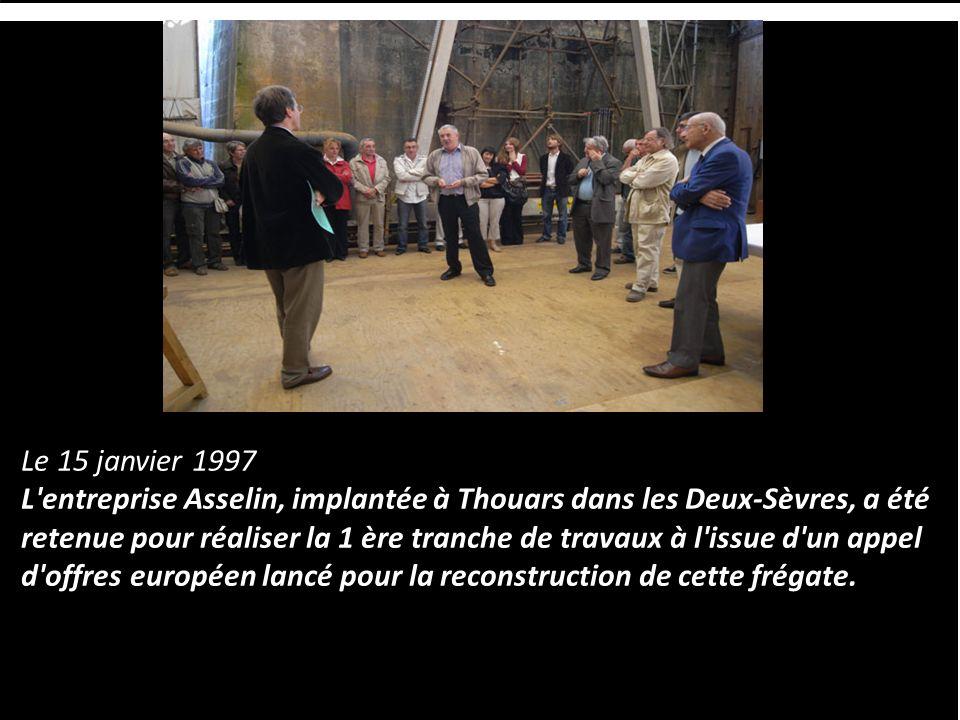Dans un des bassin de radoub de l'arsenal de Rochefort, bâti sous Louis XIV, une association travaille depuis 1997 à la construction d'une réplique de