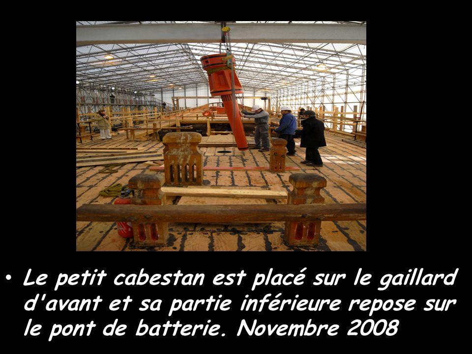 Et maintenant c'est au tour du grand cabestan Octobre 2008 Xavier, charpentier de l'atelier bois, à l'oeuvre sur le grand cabestan
