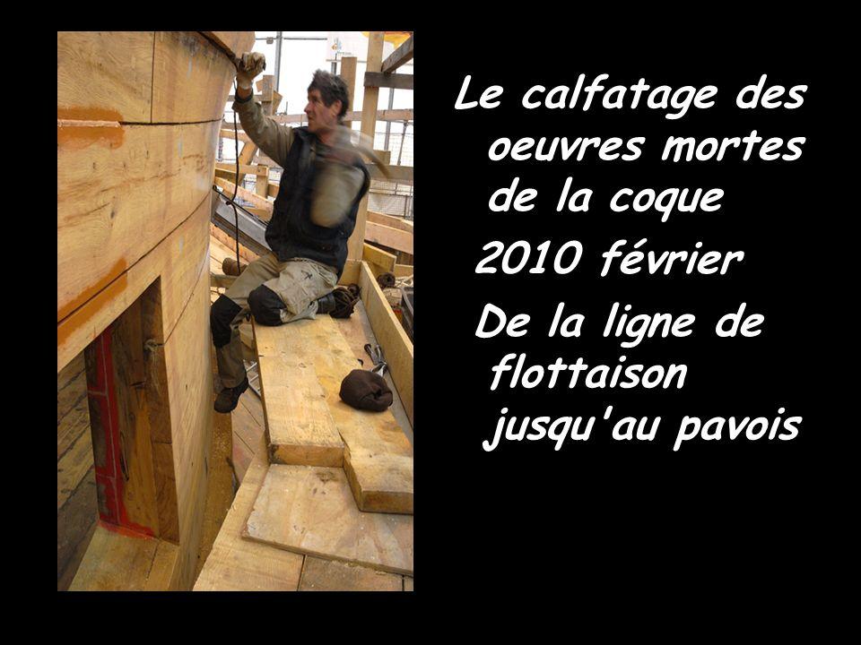 Octobre 2009 : L' Hermione redore son blason Une doreuse au travail sur le chantier