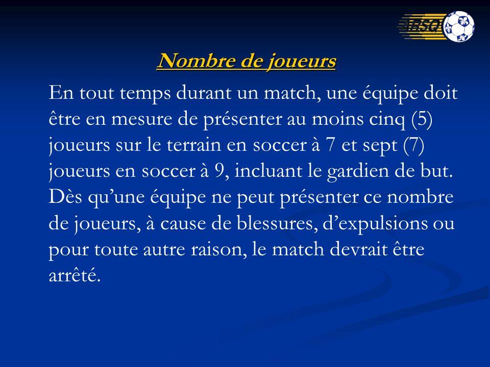 Nombre de joueurs En tout temps durant un match, une équipe doit être en mesure de présenter au moins cinq (5) joueurs sur le terrain en soccer à 7 et