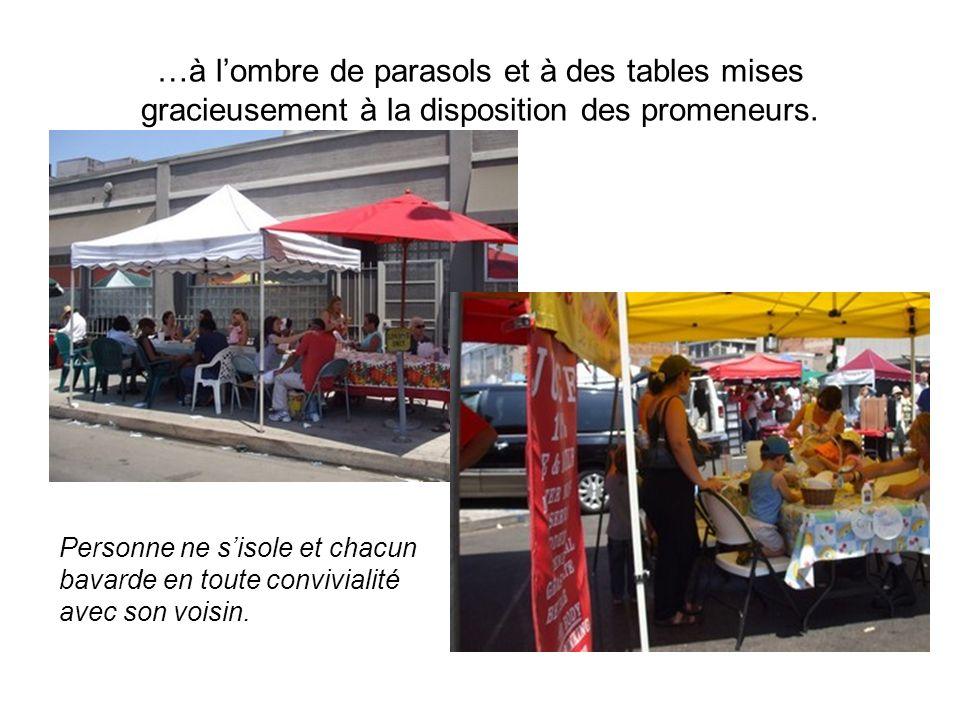 …à lombre de parasols et à des tables mises gracieusement à la disposition des promeneurs.