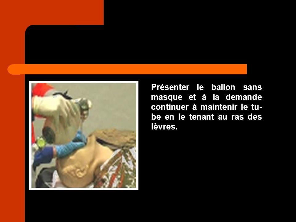 Présenter le ballon sans masque et à la demande continuer à maintenir le tu- be en le tenant au ras des lèvres.