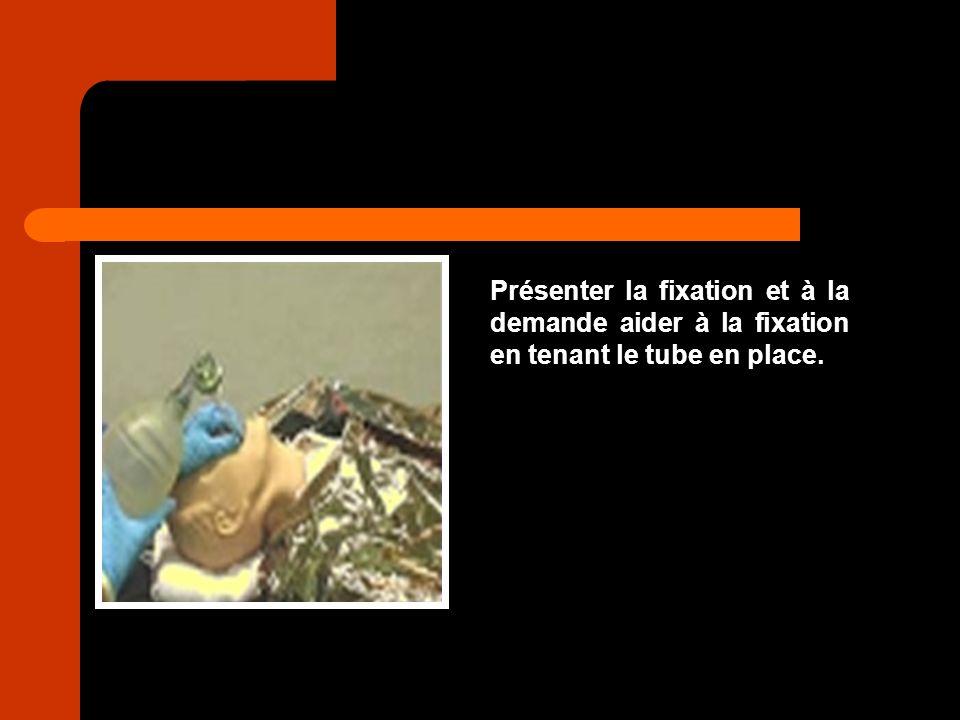 Présenter la fixation et à la demande aider à la fixation en tenant le tube en place.