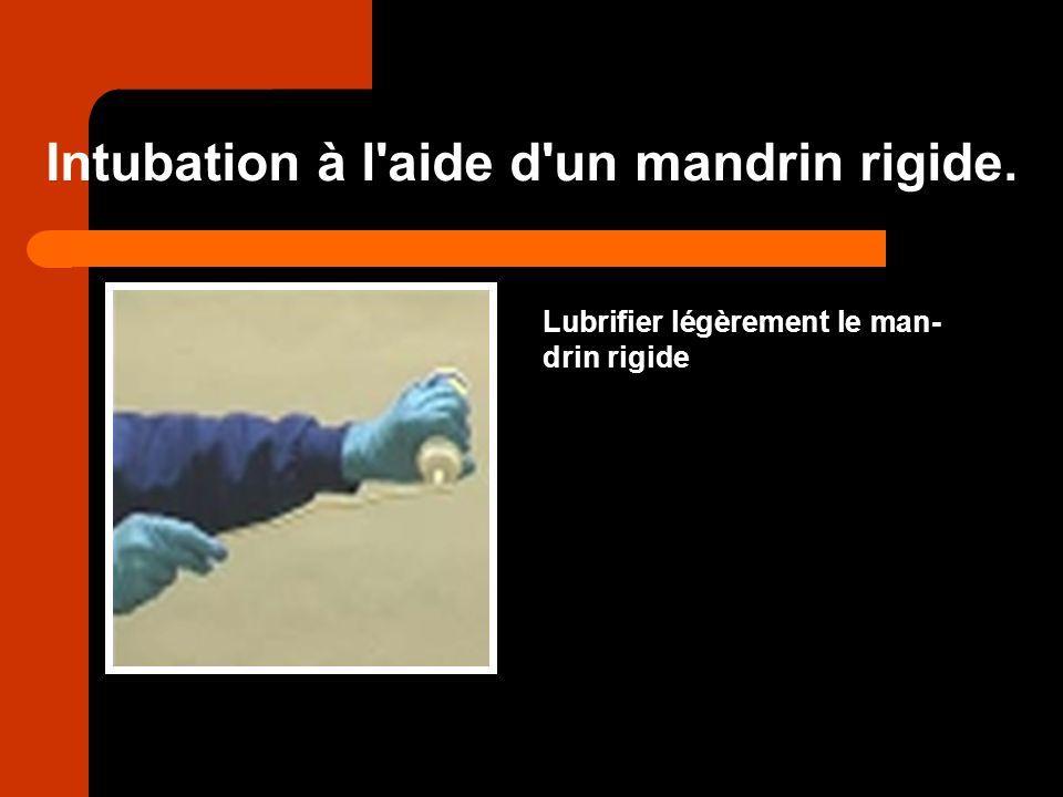 Intubation à l'aide d'un mandrin rigide. Lubrifier légèrement le man- drin rigide