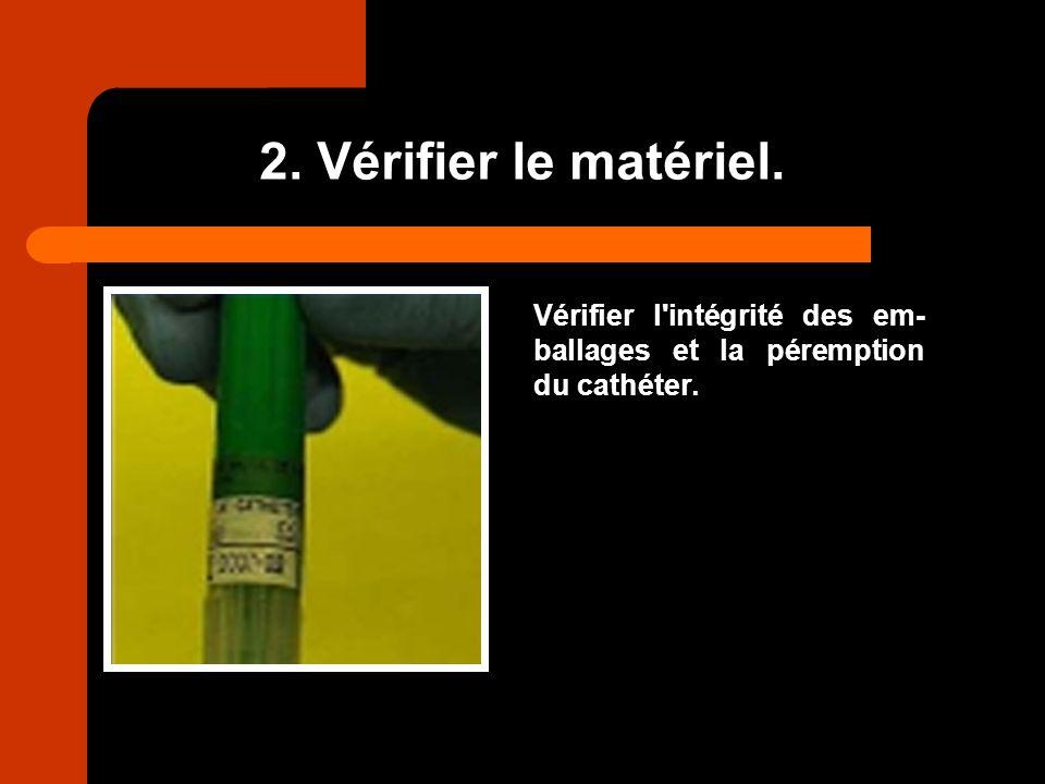 2. Vérifier le matériel. Vérifier l'intégrité des em- ballages et la péremption du cathéter.