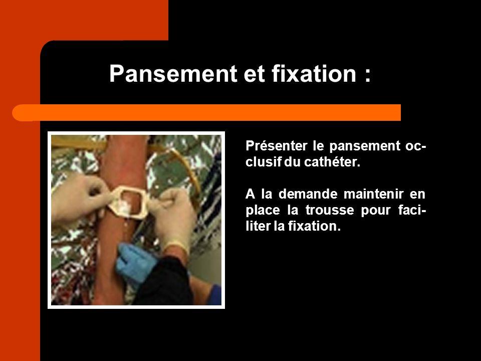 Pansement et fixation : Présenter le pansement oc- clusif du cathéter. A la demande maintenir en place la trousse pour faci- liter la fixation.