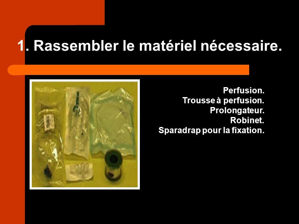1. Rassembler le matériel nécessaire. Perfusion. Trousse à perfusion. Prolongateur. Robinet. Sparadrap pour la fixation.