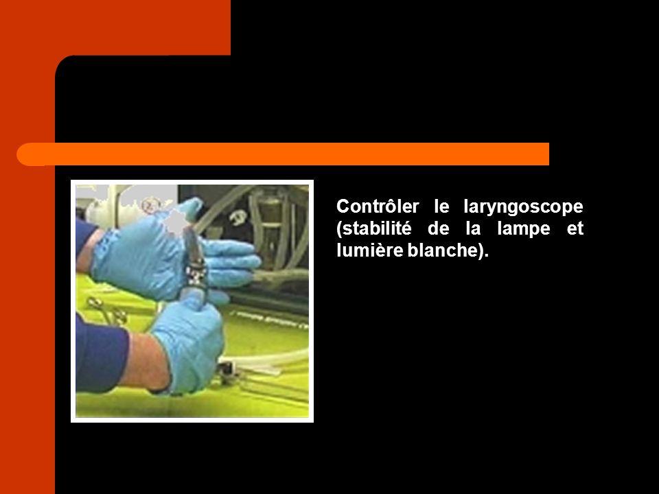 Contrôler le laryngoscope (stabilité de la lampe et lumière blanche).