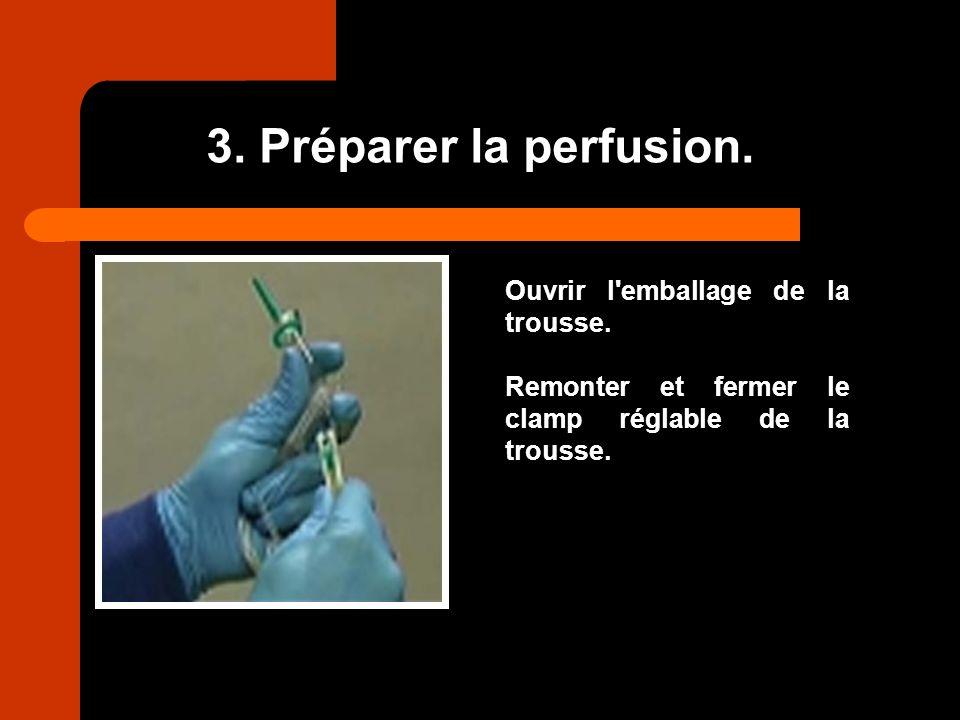 3. Préparer la perfusion. Ouvrir l'emballage de la trousse. Remonter et fermer le clamp réglable de la trousse.