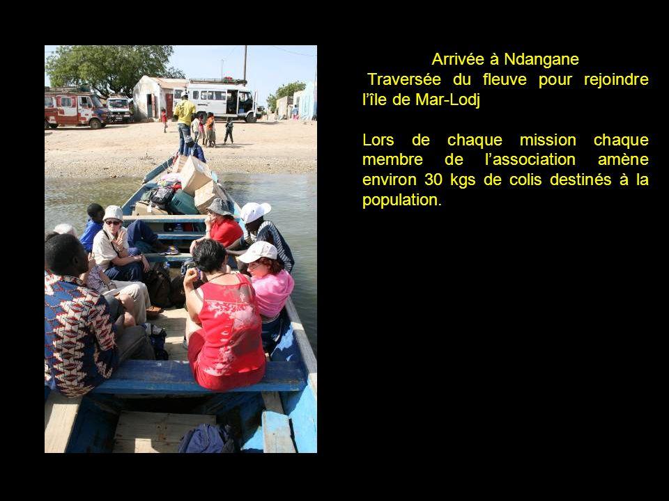 Arrivée à Ndangane Traversée du fleuve pour rejoindre lîle de Mar-Lodj Lors de chaque mission chaque membre de lassociation amène environ 30 kgs de colis destinés à la population.