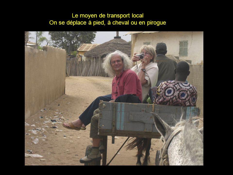 Le moyen de transport local On se déplace à pied, à cheval ou en pirogue