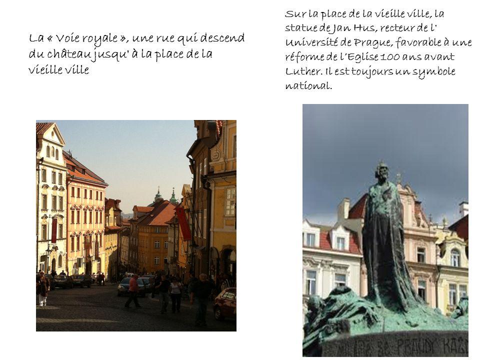 Sur la place de la vieille ville, la statue de Jan Hus, recteur de l' Université de Prague, favorable à une réforme de lEglise 100 ans avant Luther. I