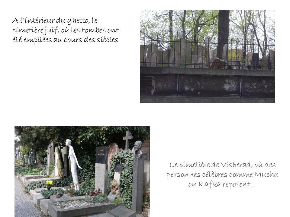 A l'intérieur du ghetto, le cimetière juif, où les tombes ont été empilées au cours des siècles Le cimetière de Visherad, où des personnes célèbres co